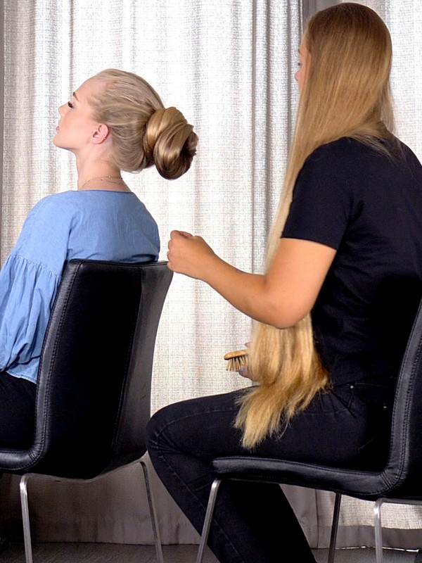 VIDEO - Long hair lady making huge hair buns