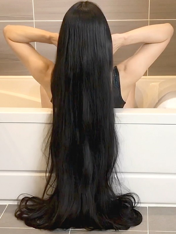 VIDEO - White bathtub, black hair