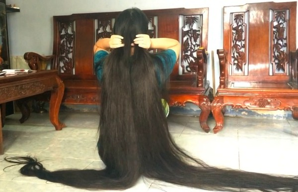 VIDEO - Floor length hair daily tasks