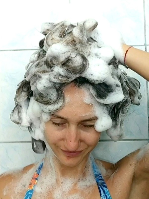 VIDEO - A lot of shampoo for a lot of hair