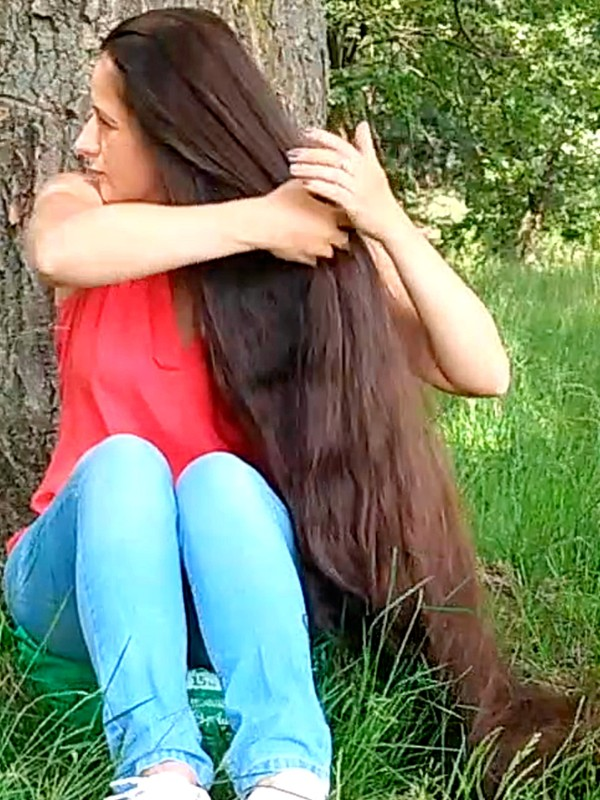VIDEO - Super long hair by the tree