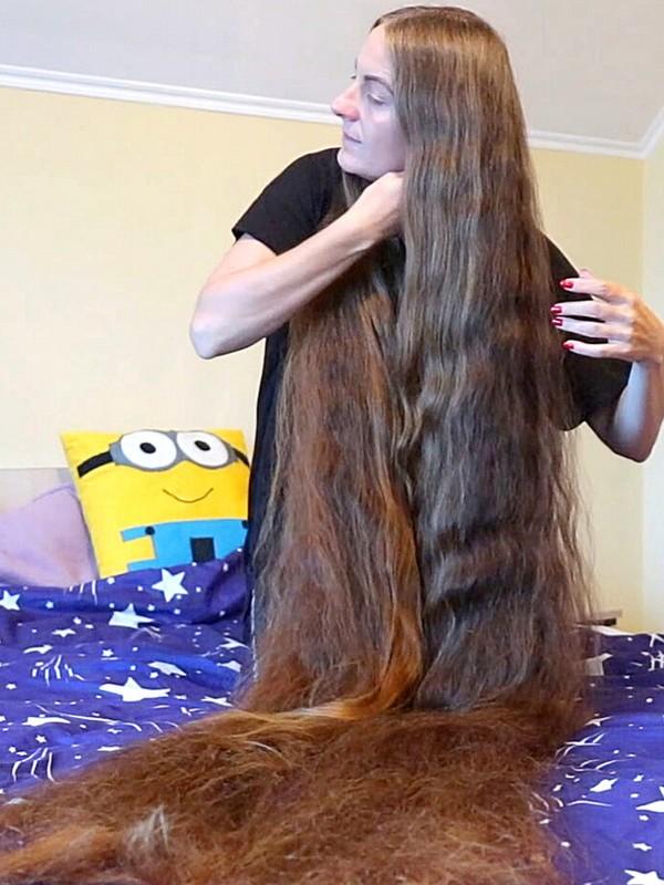 VIDEO - Her hair is so long!