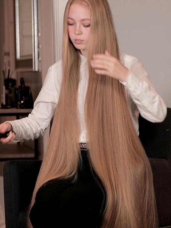 VIDEO - Sara's very long hair brushing
