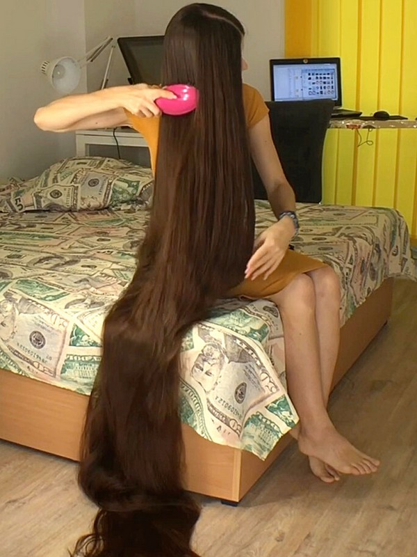 VIDEO - 100 inches of hair!