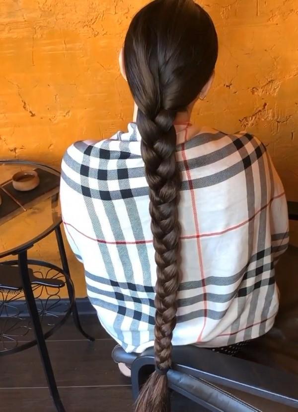 VIDEO - Mila's oily hair display