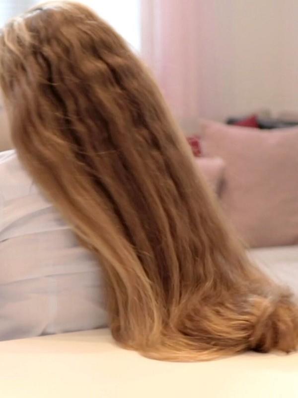 VIDEO - Siri's table hair play
