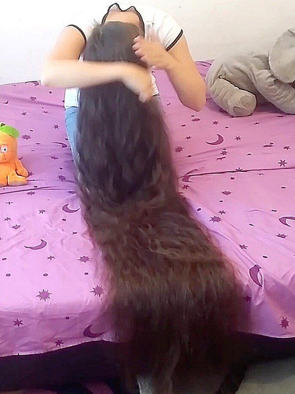 VIDEO - A lot of silky hair