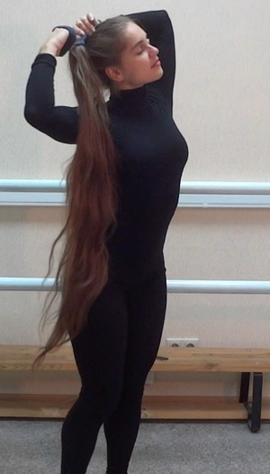 VIDEO - Knee length hair dancer