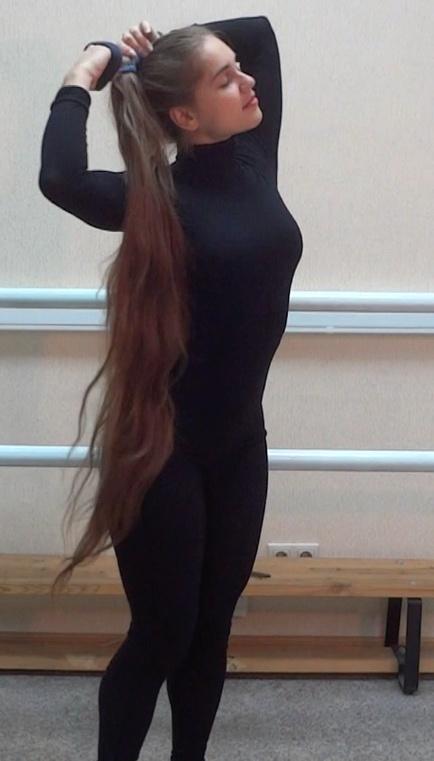 VIDEO - Knee length hair dancer