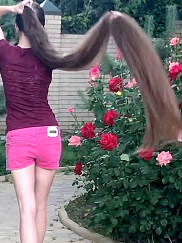 VIDEO - Massive mane, beautiful flowers