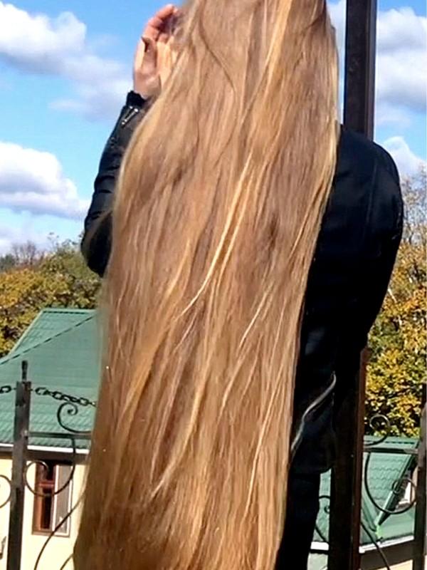 VIDEO - Julia's perfect blonde mane (part 2)