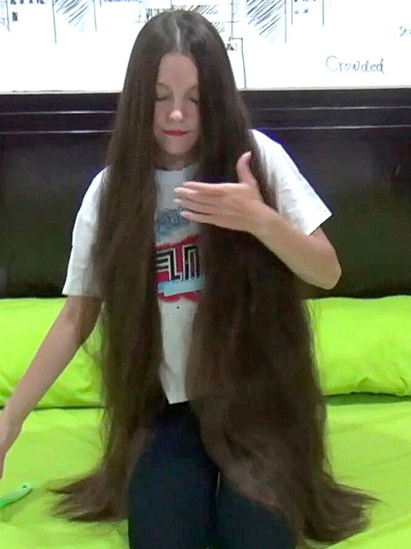 VIDEO - A young woman with a passion for extreme hair lengths