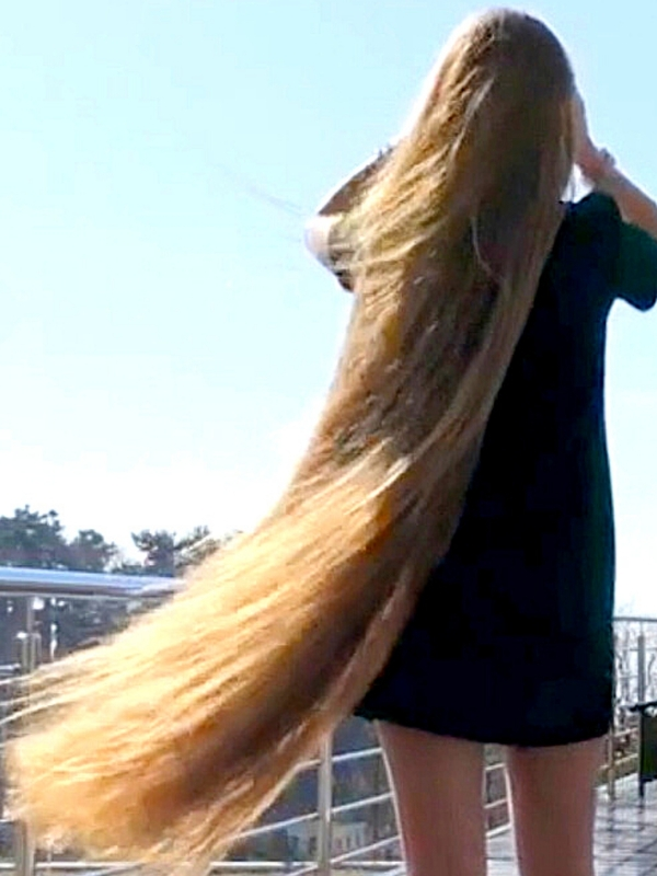VIDEO - Blonde extreme hair by the pool
