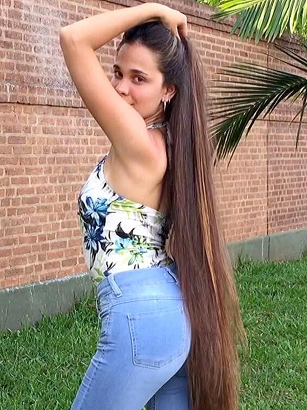 VIDEO - Very beautiful brunette
