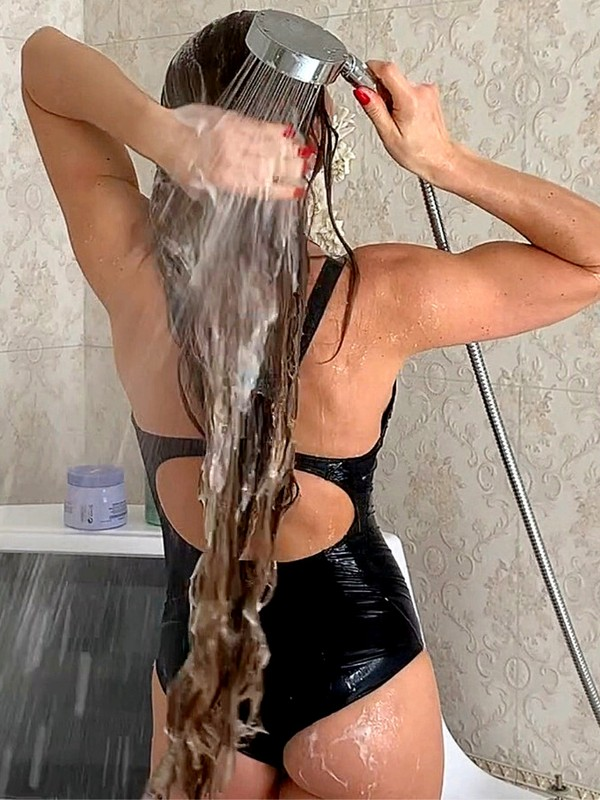 VIDEO - Julia's soapy long hair wash