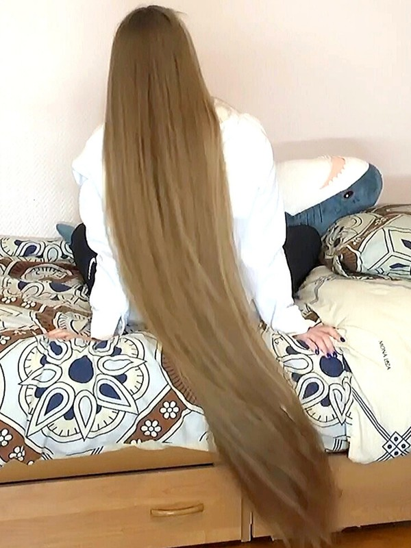 VIDEO - Long luxurious hair