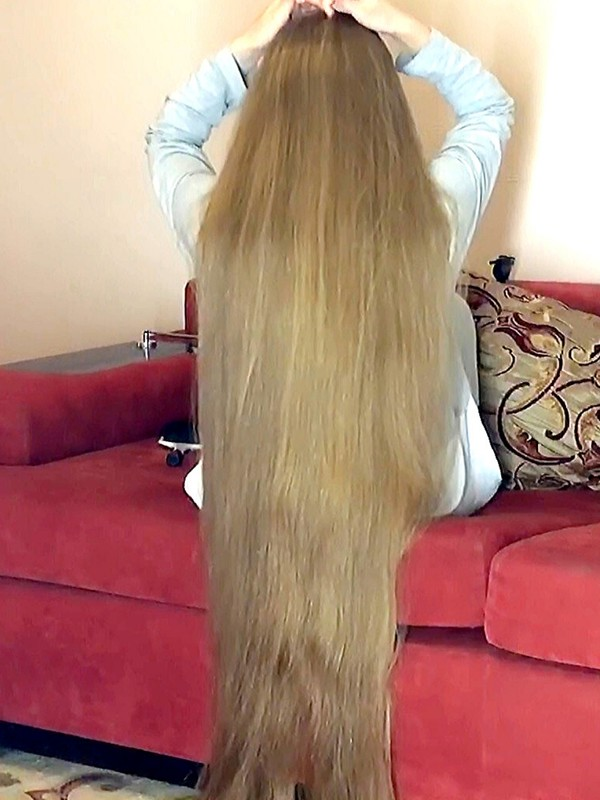 VIDEO - Massive blonde mane in a sofa