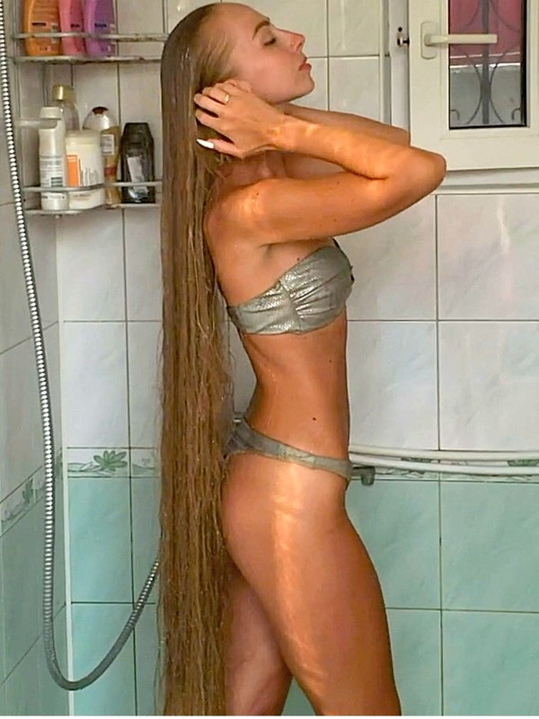VIDEO - Alena's super long blonde hair washing