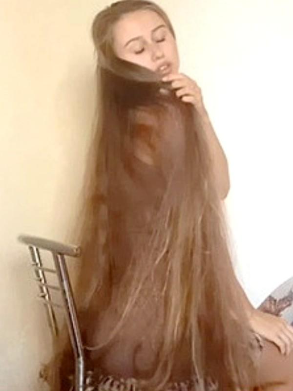 VIDEO - Luscious blonde locks
