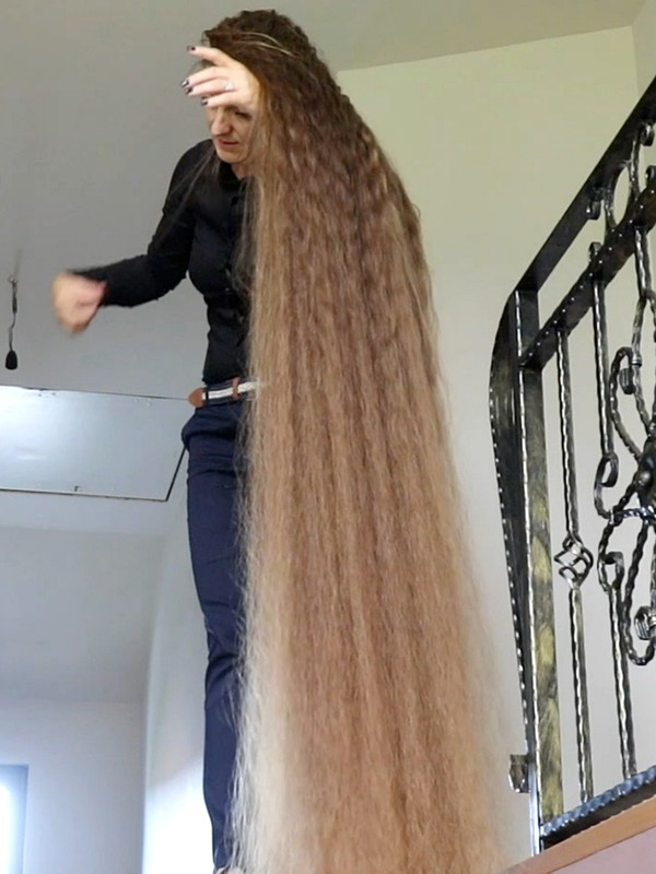 VIDEO - Her hair is longer than the stairs