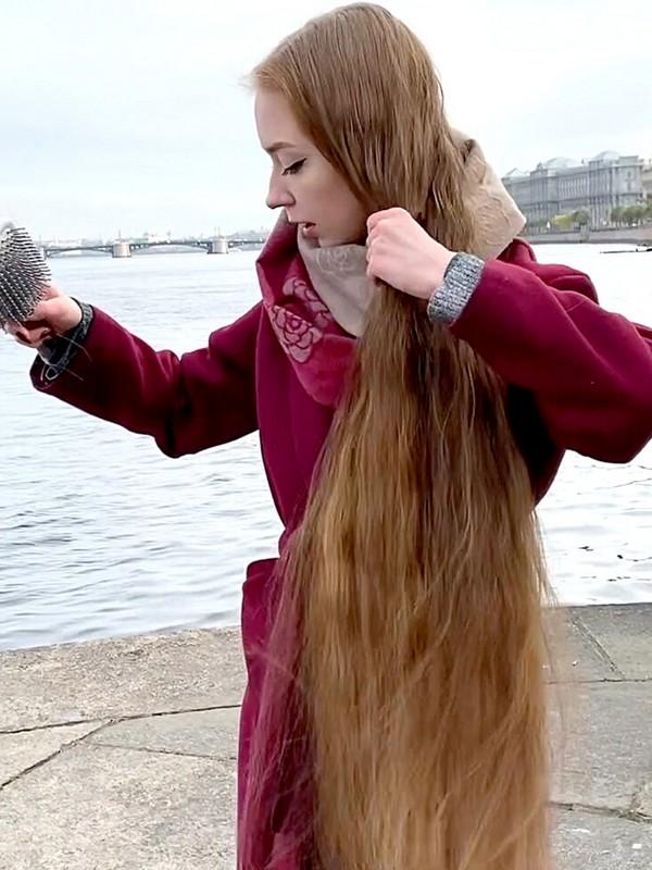 VIDEO - Rapunzel's red coat