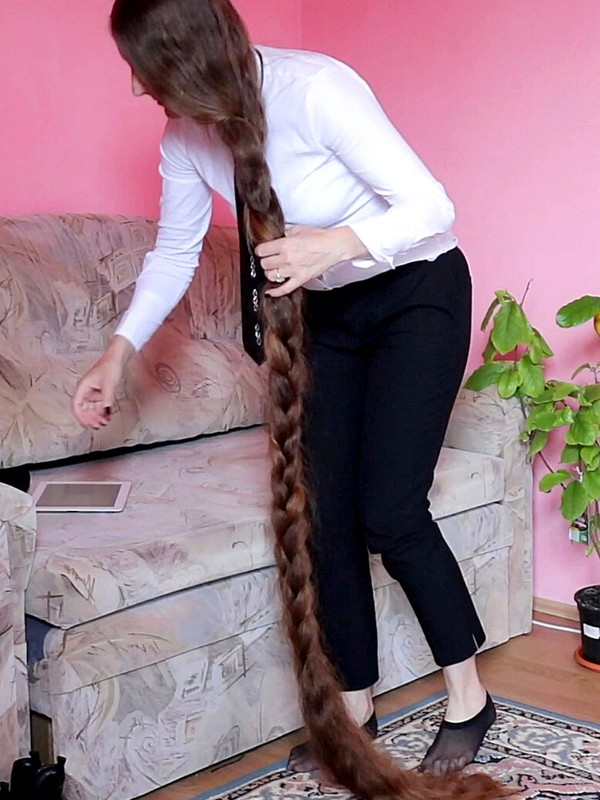 VIDEO - CEO with super long and thick hair
