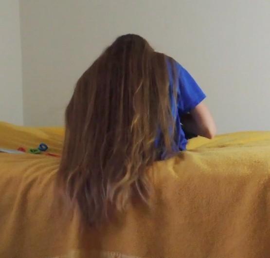 VIDEO - Knee length blonde hair play in bed