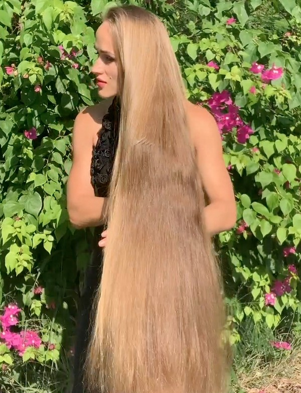 VIDEO - Julia's hair and flowers