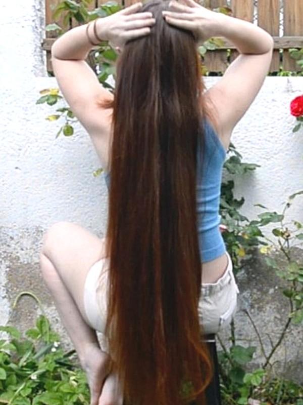 VIDEO - Silky thigh length hair play