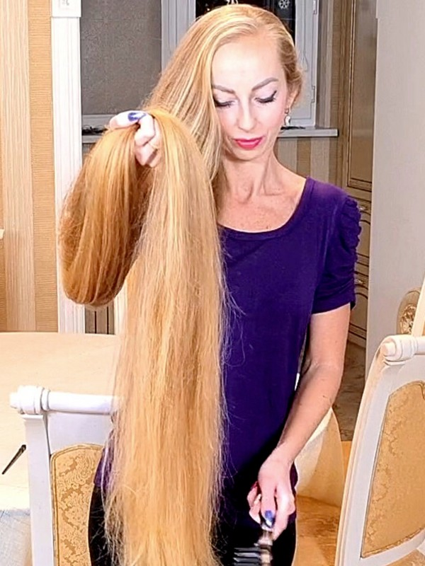 VIDEO - Her blonde hair is longer than herself!