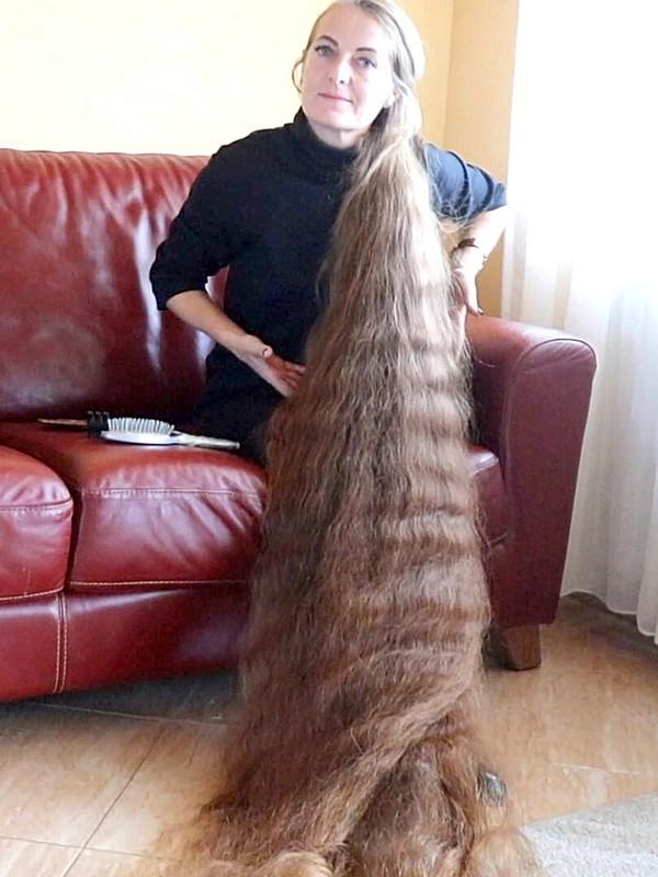 VIDEO - Floor length hair beauty