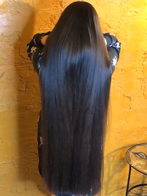 VIDEO - Mila's super thick hair is getting longer!