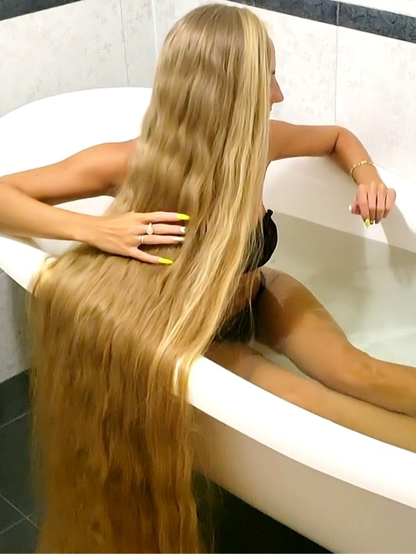 VIDEO - Long hair bathing