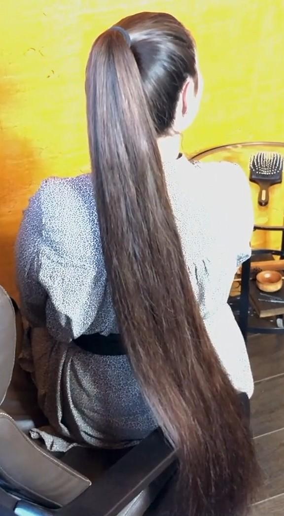 VIDEO - Mila's heavy ponytail