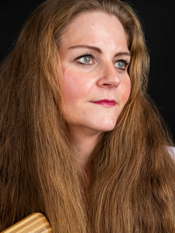 PHOTO SET - Siri's long hair brushing photoshoot