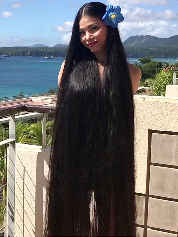 VIDEO - The longest black hair