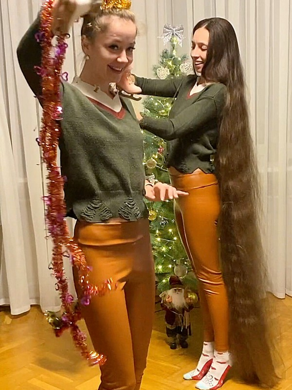 VIDEO - Long hair Christmas decoration and hair play