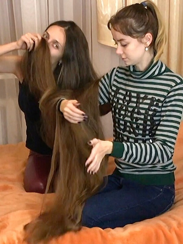 VIDEO - Tons of very long hair