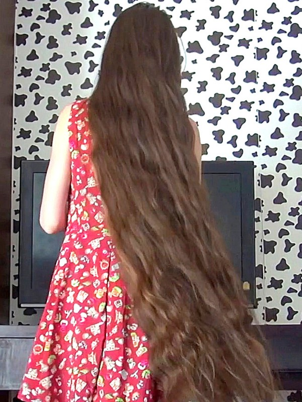 VIDEO - Young girl with some serious hair
