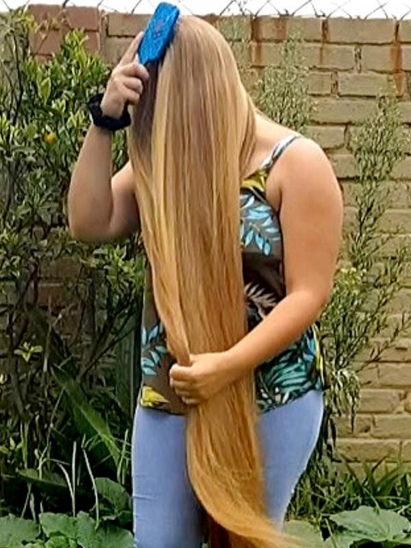 VIDEO - Brushing her amazing blonde hair outdoors