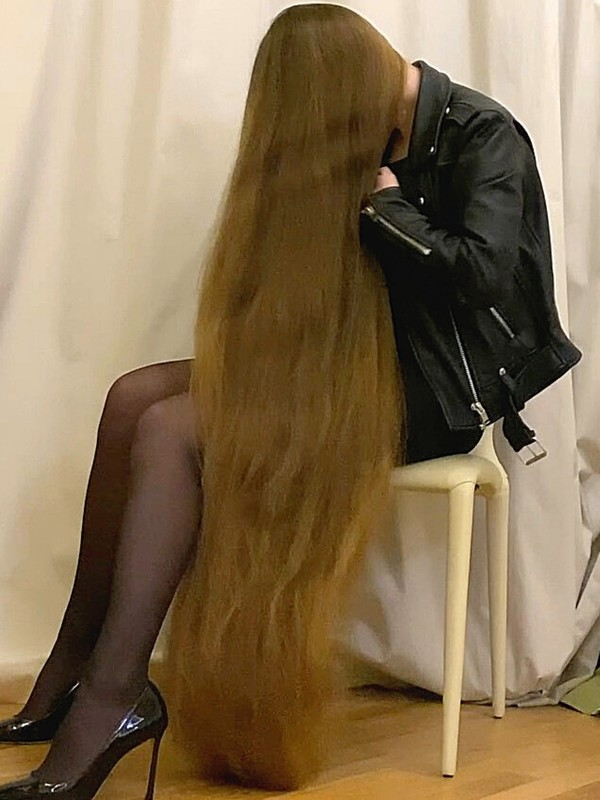 VIDEO - Elegant Real Life Rapunzel with extreme hair