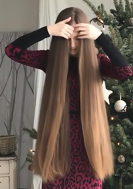 VIDEO - Orysya by the Christmas tree