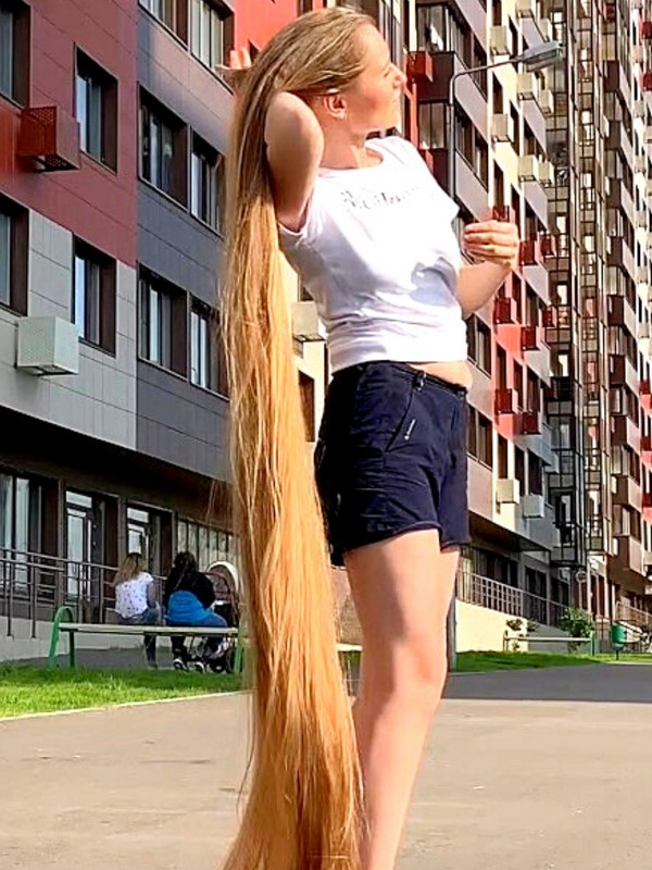 VIDEO - Long hair fun in the sun
