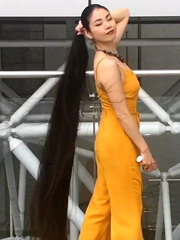 VIDEO - Walking outdoor with floor length hair
