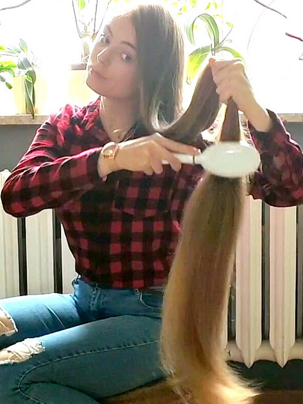 VIDEO - A real long hair enthusiast