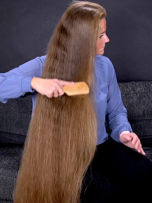 VIDEO - Brushing her massive mane