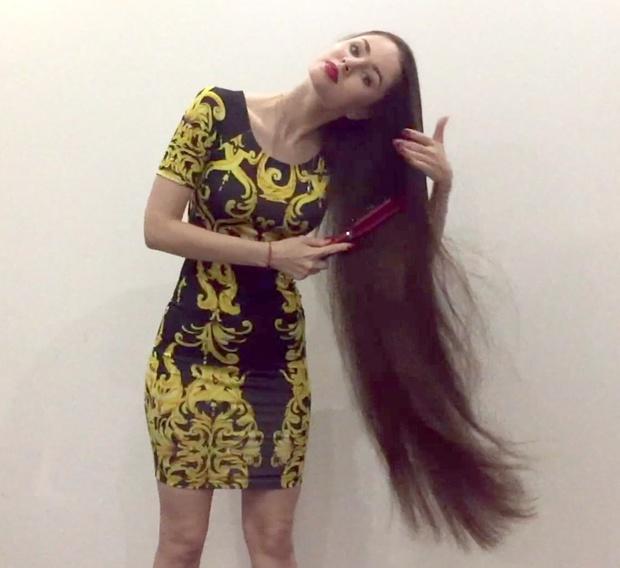 VIDEO - Thigh length brunette hair