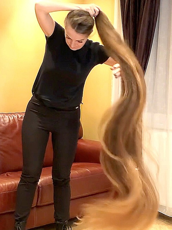VIDEO - Real Life Rapunzel's hair in the sofa