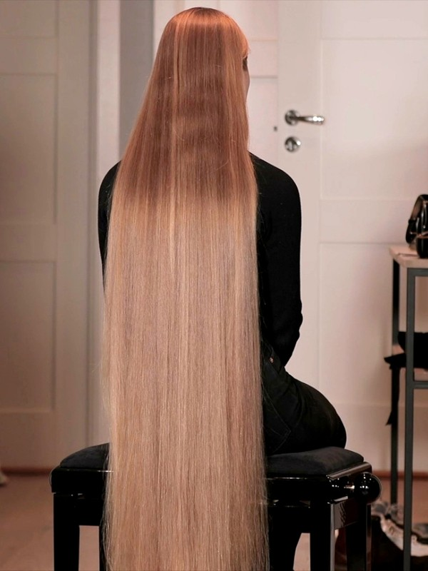 VIDEO - Oiling long blonde hair before shoot